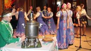 В Комаричах молодежь закружилась в «Веселом карагоде»