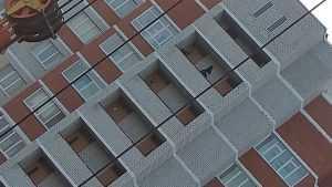 В Брянске сняли опасные посиделки девушек на лоджии 16 этажа