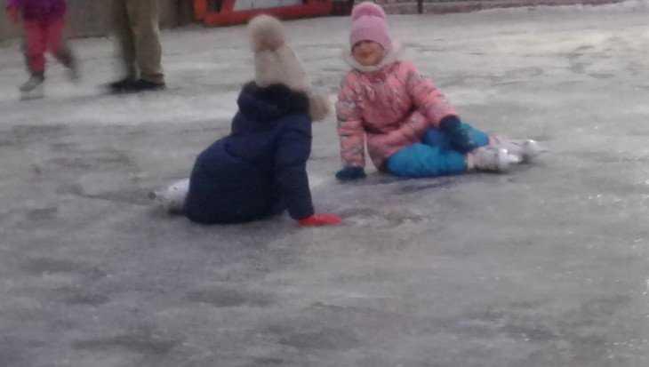 В Брянске возле школы № 46 открыли ледовую площадку