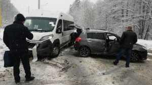 В Брянске у мясокомбината автомобилистка протаранила маршрутку №31