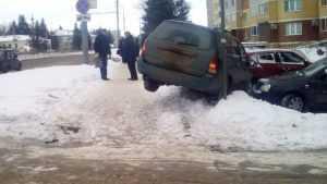 В Брянске иномарка перелетела тротуар рядом с остановкой