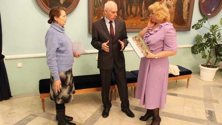Борис Копырнов передал музею в Овстуге свое собрание раритетов