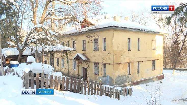 В Брянске в квартире дома на улице Калинина провалился пол