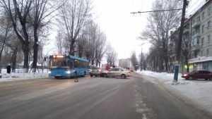В Брянске возле школы на Литейной столкнулись две иномарки