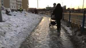Пройти и не убиться: лед стал пыткой для женщин с детьми в Брянске