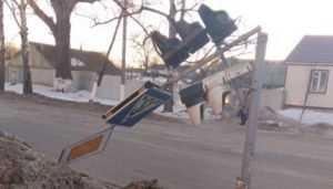 В Климове Брянской области ураганный ветер сломал светофор