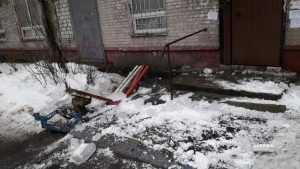 В Брянске упавшая с крыши наледь разнесла в щепки скамейку у подъезда