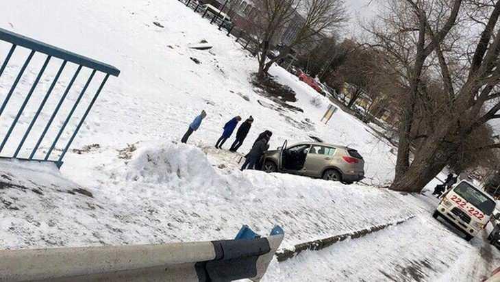С понтонного моста в Брянске упал автомобиль