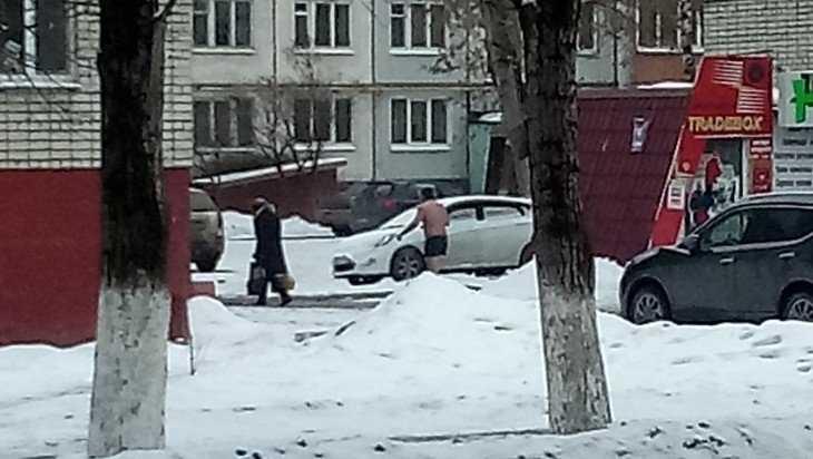 Жителей Брянска удивил голый прохожий на улице