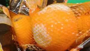 Брянских покупателей огорчили гнилые апельсины на прилавке