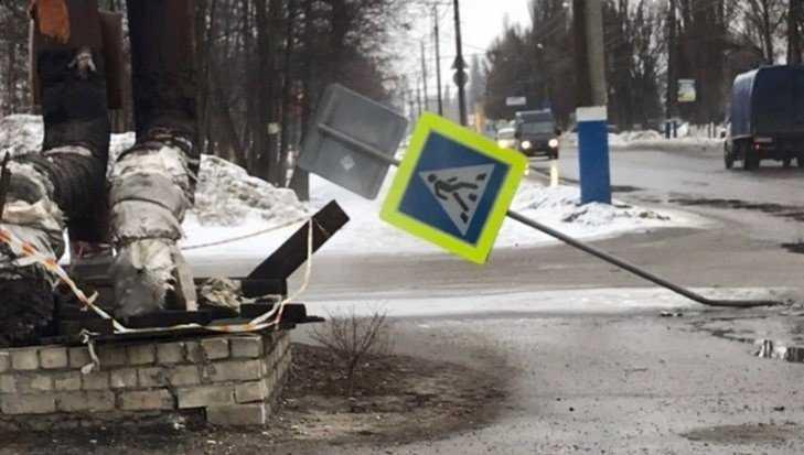 В Брянске возле «зебры» повалили дорожный знак
