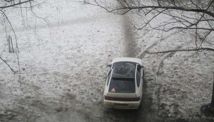В Брянске автохам на легковушке перекрыл жильцам дома дорогу во двор