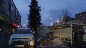 В Брянске упавшая с крыши глыба льда едва не повредила машину