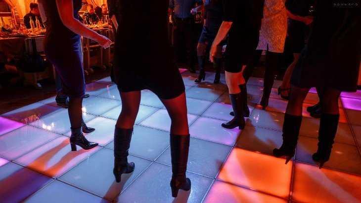 Посетительница брянского кафе осталась без денег и телефона из-за танца
