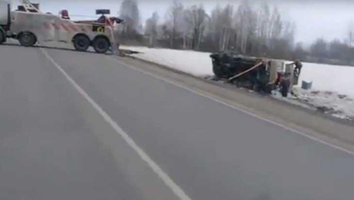 Под Унечей грузовик вылетел с трассы и перевернулся в кювете