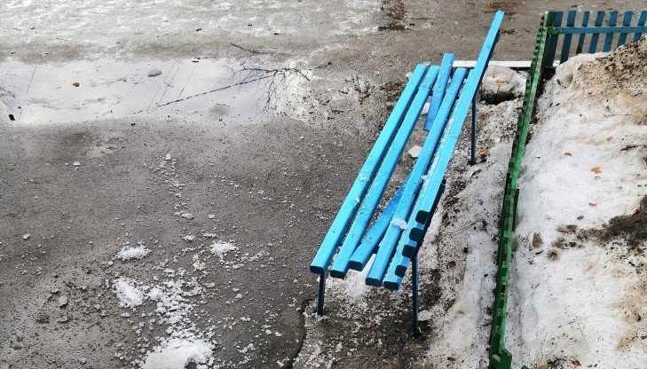 В Брянске рухнувшая с крыши глыба льда сломала скамейку у подъезда