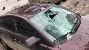 В Брянске возле Дома быта упавшая наледь разбила легковушку