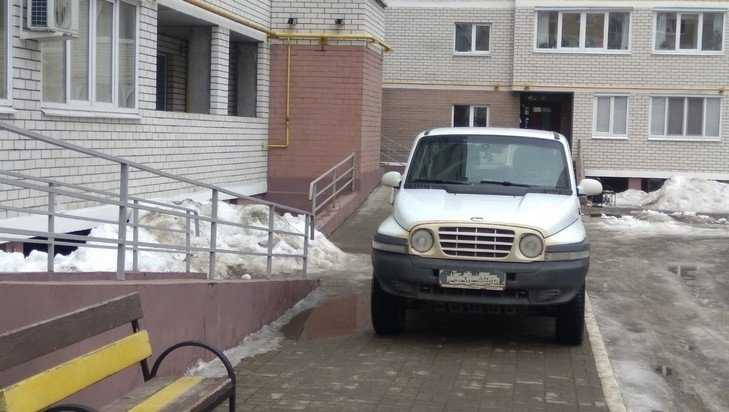 В Брянске отловили еще одного любителя стоянок на тротуаре