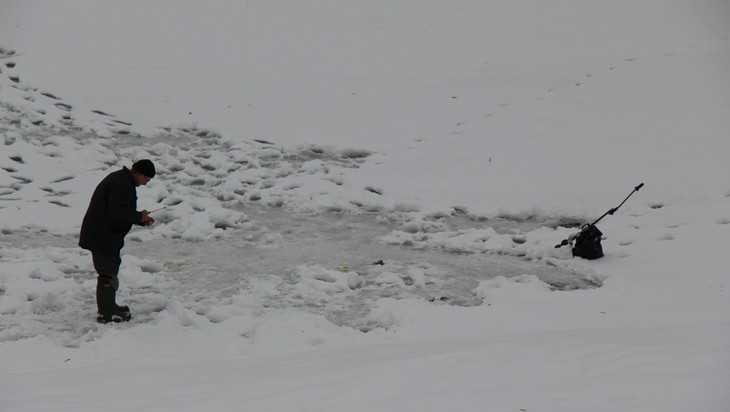 Брянские рыбаки с риском для жизни вышли и выехали на хрупкий лед