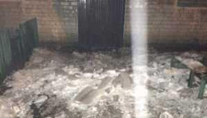 В Брянске  рухнувшая с крыши глыба льда едва не убила прохожего