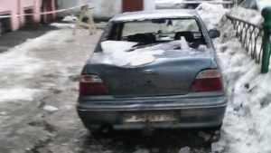 В Брянске на улице Фокина упавшая с крыши наледь разбила автомобиль