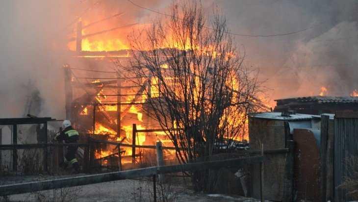 В Бежицком районе Брянска из горевшего дома спасли человека