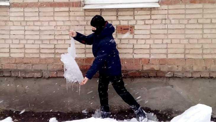 В Брянске на 12-летнего мальчика упала с крыши глыба льда