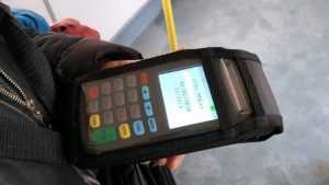 В Брянске пассажиры автобусов начали оплачивать проезд картами
