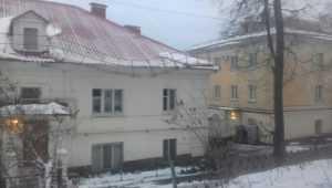 В Брянске на улице Калинина крыша здания может обрушиться на людей
