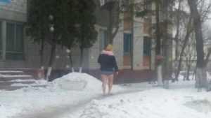 Горячая девушка в шортах на улице позабавила жителей Брянска