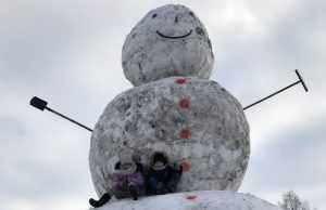 В брянском селе Хотылёво слепили снеговика высотой 7 метров
