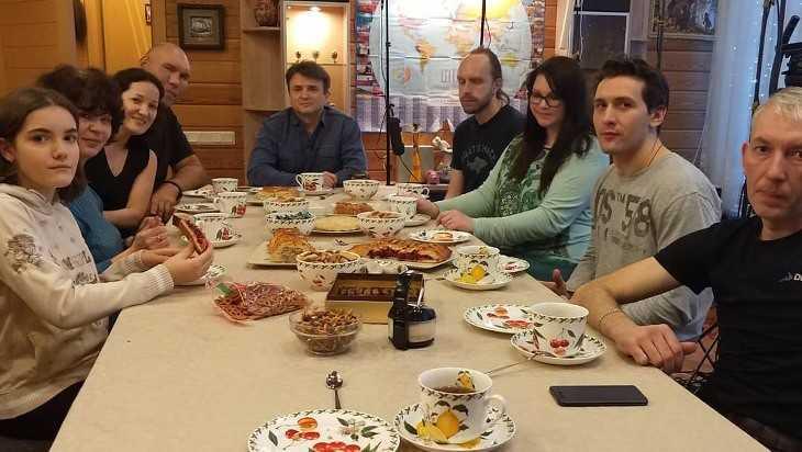 Брянский депутат Валуев с семьей снялся в программе «Пока все дома»