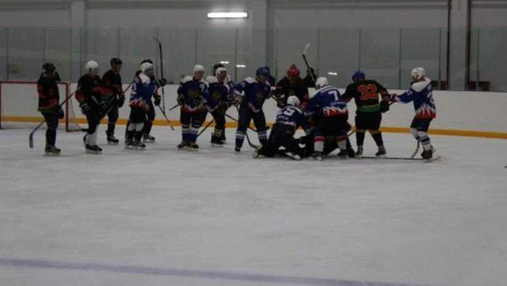 После хоккейного матча в Суземке на льду завязалась потасовка