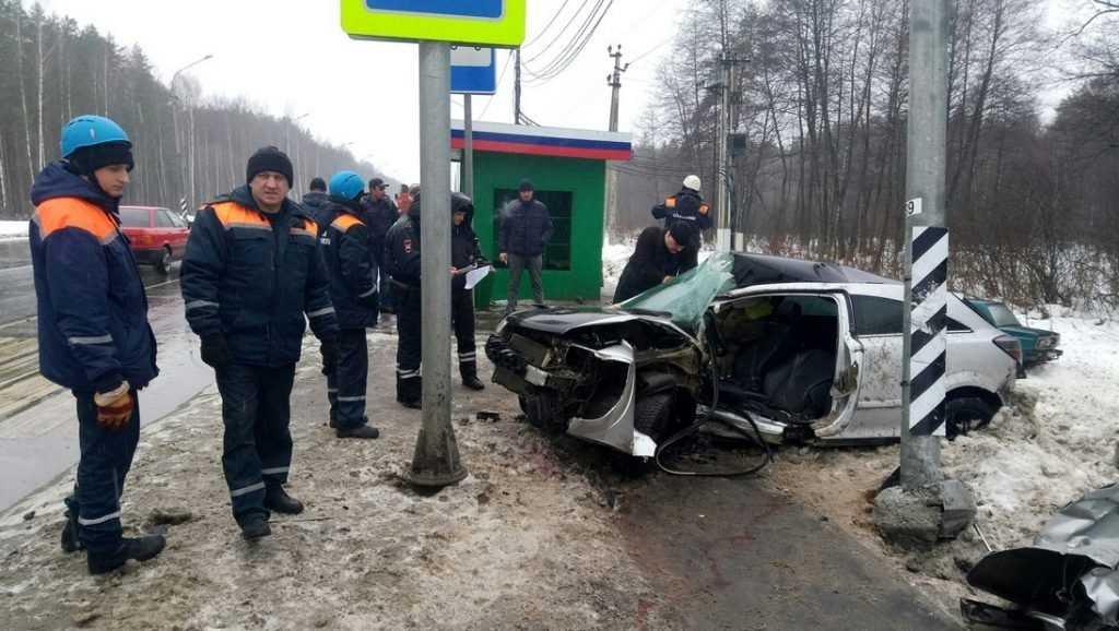 Под Брянском погиб врезавшийся в столб 34-летний водитель иномарки