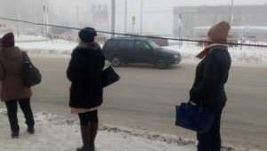 В Брянске на остановке у телецентра на плечи людей опустился провод