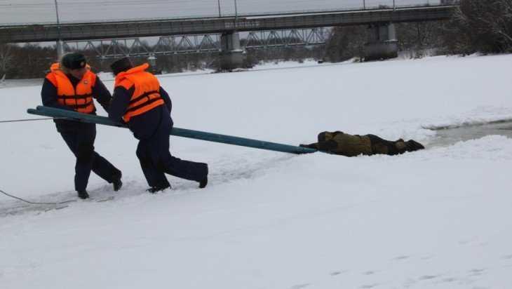 Возле центрального пляжа Брянска из полыньи вытащили «рыбака»