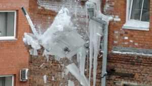 В Дятькове глыба льда убила многодетную мать