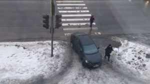 Брянцев возмутила бесцеремонная парковка автомобилистки на тротуаре
