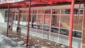 В Брянске упавшие с крыши ледяные бомбы пробили навес магазина