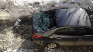 В Брянске на площади Партизан упавший с крыши лед разбил машину