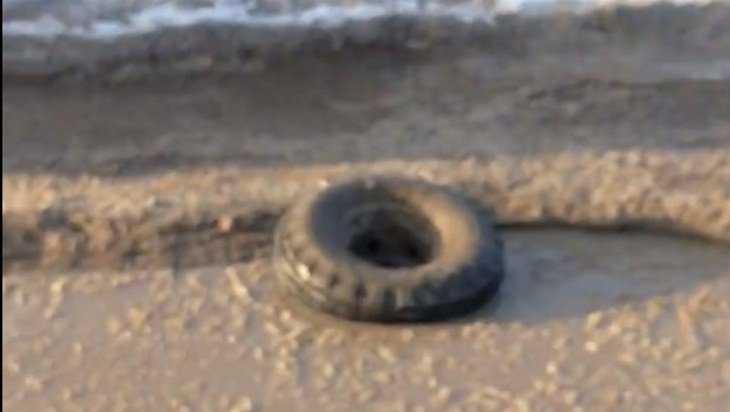 В Брянске на дороге по улице Кислородной «Нива» потеряла колесо