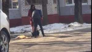 В Брянске сняли видео о пьяных парне и девушке со спущенными штанами