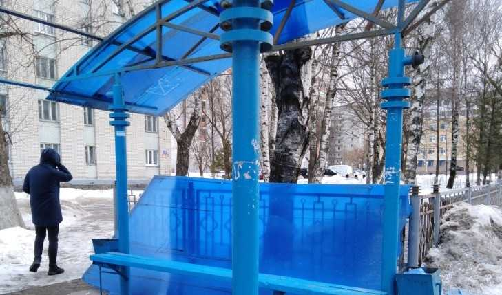 В Брянске сильный ветер поломал остановку возле больницы № 4