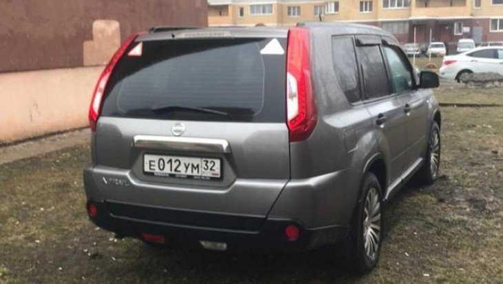 Жители Брянска потребовали наказать водителя за парковку на газоне