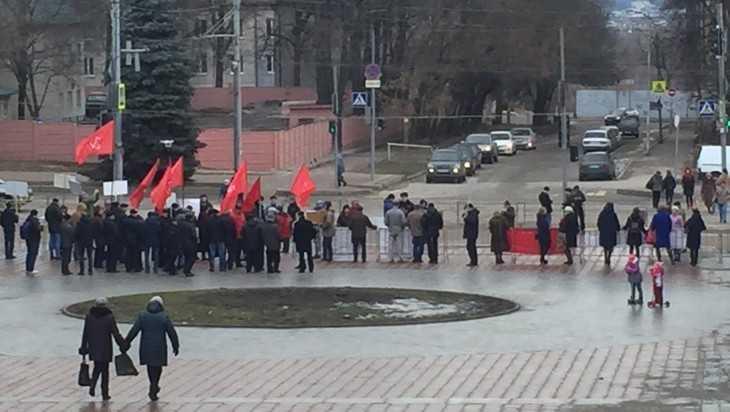 Брянские коммунисты провели пикеты с детьми и самокатами
