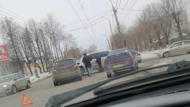 В Брянске на Красноармейской столкнулись две легковушки