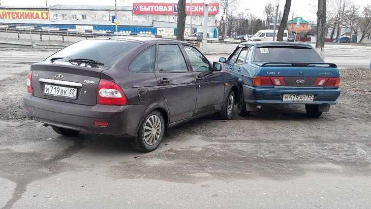 В Брянске автомобиль без водителя устроил ДТП