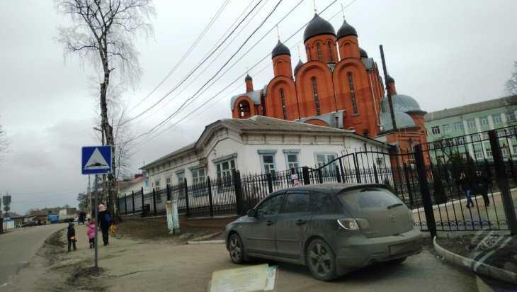 В Брянске автомобиль перекрыл вход в школу № 12