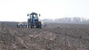 Брянские крестьяне приступили к весенним полевым работам
