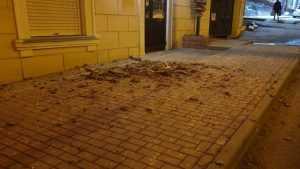 В Брянске на проспекте Ленина со стены дома обвалилась штукатурка